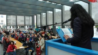 «Familientreffen» auf dem Dietiker Kirchplatz: Unia-Co-Präsidentin Vania Alleva spricht zu den Limmattaler Genossinnen und Genossen.