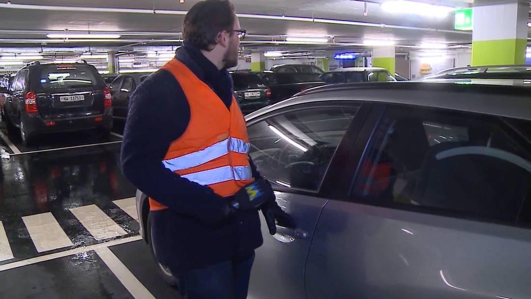 Wie einfach wäre es, etwas aus einem offenen Auto zu stehlen? Tele M1 machte in Aarau den Test.