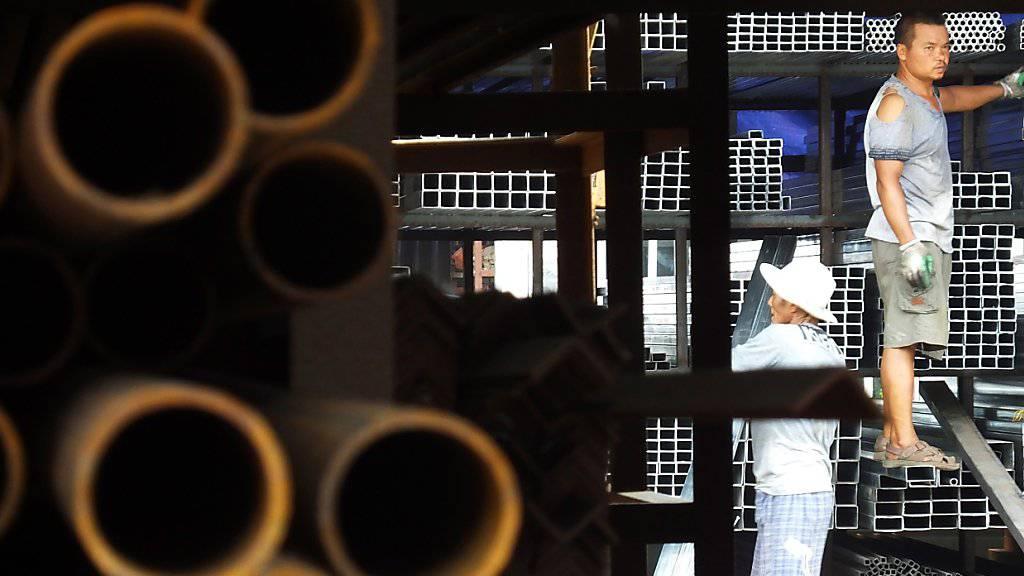 Chinesische Arbeiter hantieren mit Stahl. (Archiv)