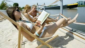 Strandleben mit Büchern