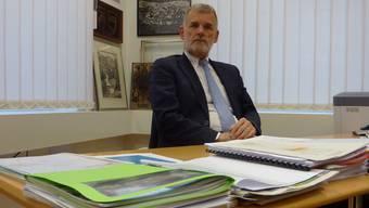 Bestatter Willi Wyss in seinem Büro im Gemeindehaus.