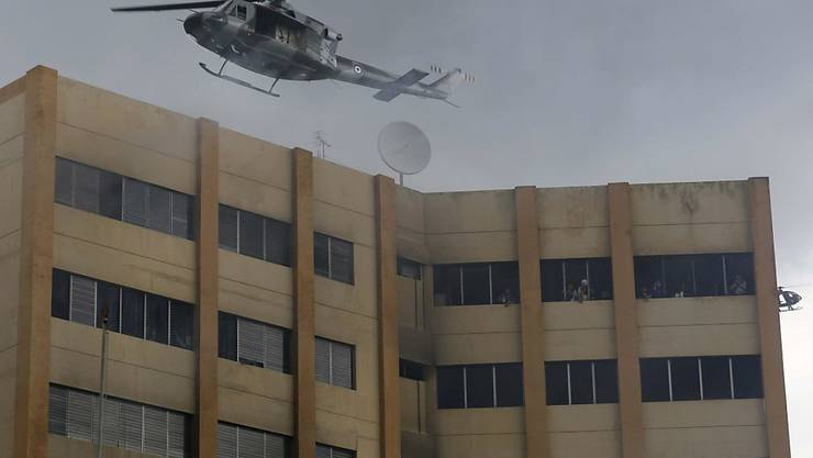 Mindestens ein Mann versuchte sich mit einem Sprung aus den oberen Stockwerken vor den Flammen zu Retten.