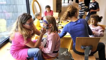 Die Schulkinder und Besucher konnten sich kunstvoll schminken lassen.