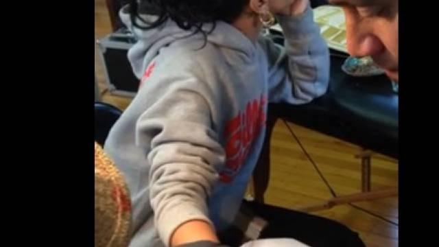 Rihannas Tattoo-Tortur (Screenshot Youtube)
