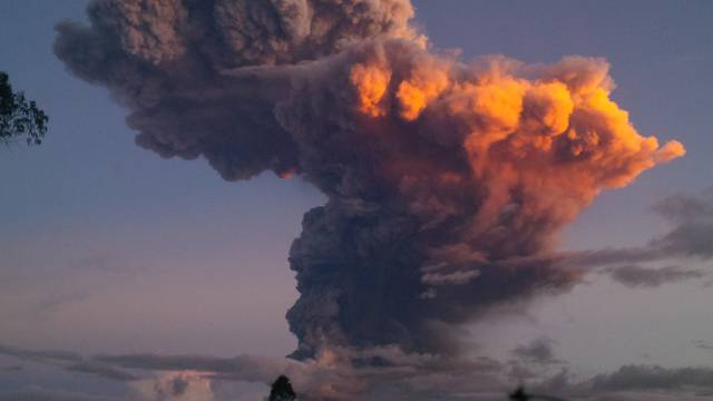 Der Tungurahua spuckt Asche und Rauch