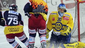 Der Davoser Goalie Leonardo Genoni nimmt den Puck ins Visier