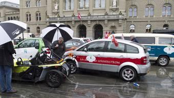 Elektromobile sollen an Schweizer Nationalstrassen überall und rasch aufgeladen werden können. Der Bundesrat will ein Schnellladenetz unterstützen. (Symbolbild)