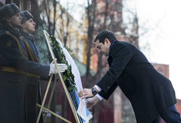 Vor dem Besuch bei Putin legte Tsipras einen Kranz beim Soldaten-Denkmal nieder