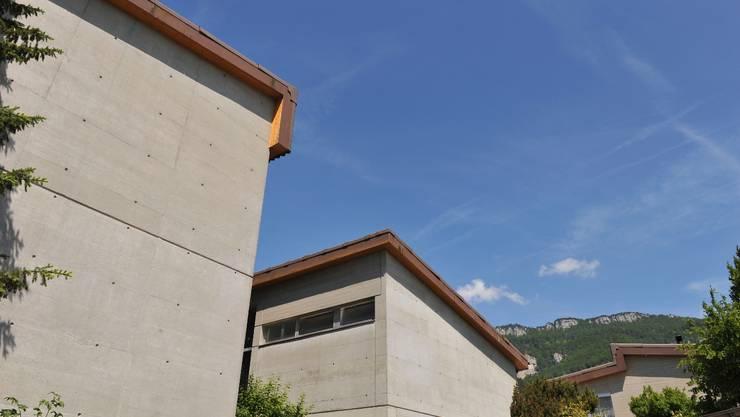 Die Grunssubstanz des neuen Schulhauses in Günsberg ist gut, muss aber teilweise erneuert werden, damit das Gebäude weitere 50 Jahre genutzt werden kann. (Oliver Menge)