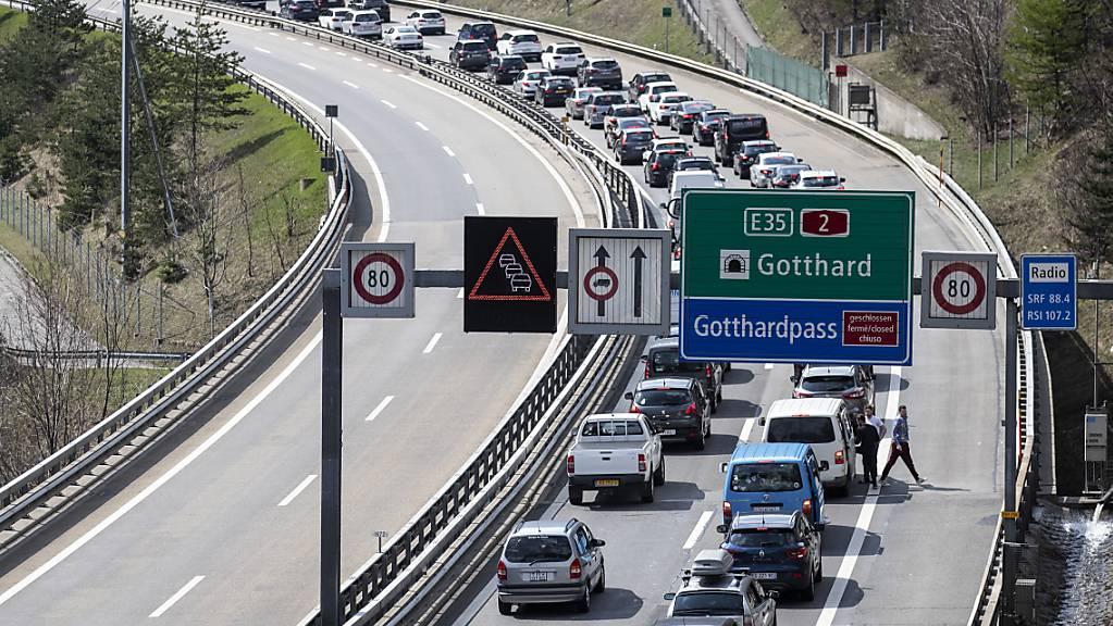 Lange Wartezeiten vor dem Gotthard auch am Montag. (Archivbild)