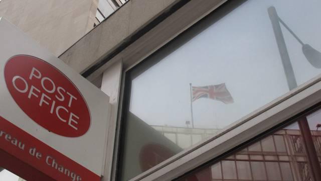 Die Flagge des Scotland-Yard-Hauptsitzes spiegelt sich im Postfenster in Westminster