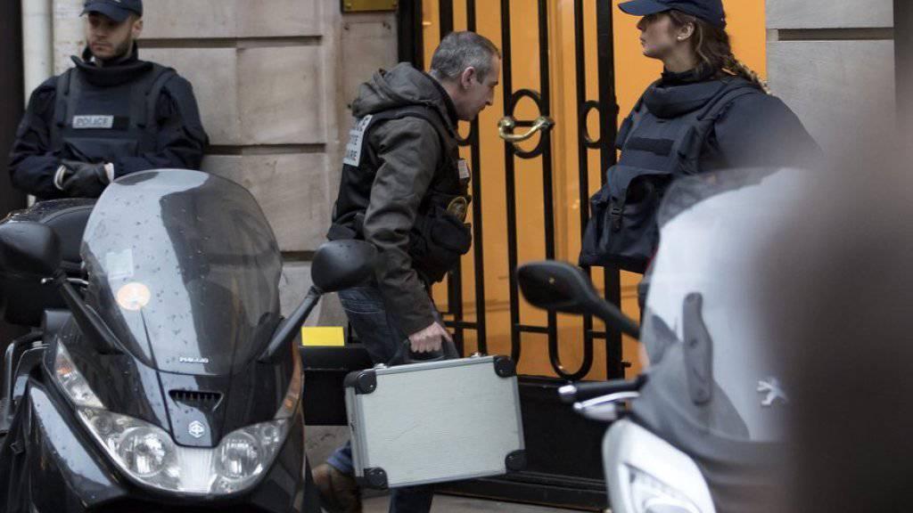 Beamte durchsuchten die Wohnung nahe des Pariser Prachtboulevards Champs-Elysées, in der der Angreifer sich eingemietet hatte.