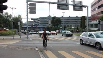 Der Kreuzplatz und im Hintergrund die Unterführung der Buchserstrasse, über welche die Velobrücke der Bahn entlang führen wird. Kel