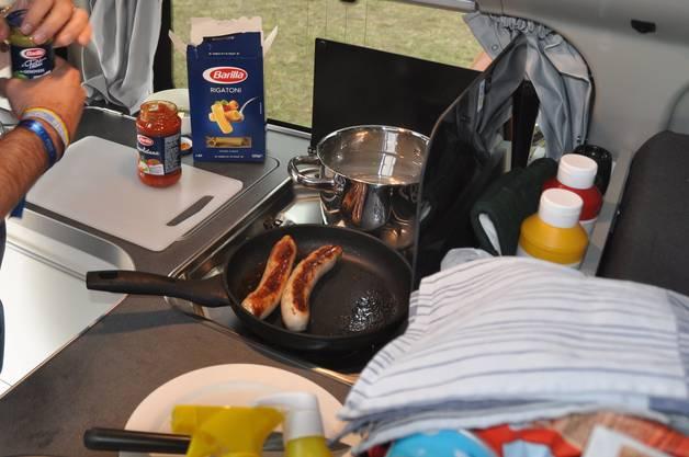 Im hinteren Teil des Fahrzeugs ist die Küche mit zwei Herdplatten verbaut. Bild: zvg