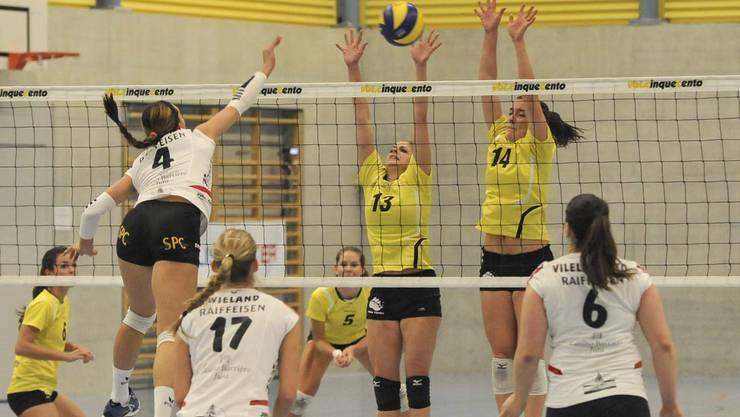 Therwils Selina Pfiffner (M.) und Tanja Luedin (r.) beim Block gegen Emily Stockman.