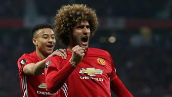 Manchester Uniteds Marouane Fellaini (vorne) und Jesse Lingard feiern den Führungstreffer im Old Trafford