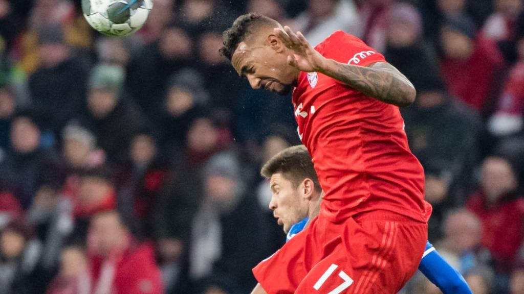 Jérôme Boateng (im roten Trikot), der bei Bayern München Fussball spielt, ist wegen Verstosses gegen die Coronaregeln von seinem Verein bestraft worden.