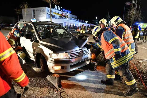 Bergen von zwei Verletzten aus dem Auto