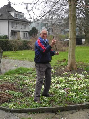 Ernst Graf, ehemaliger Präsident der Hornussergesellschaft Dietikon, demonstriert die Schlagtechnik.