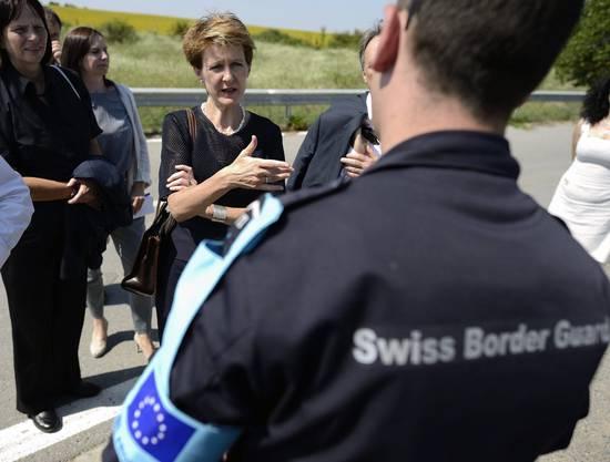 Die damalige Justizministerin Simonetta Sommaruga besucht Schweizer Grenzschützer in der Nähe der bulgarisch-türkischen Grenze (2014).