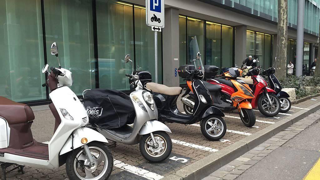 Die neuen Motorrad-Parkfelder in Basel können weiterhin kostenlos benutzt werden. Wegen einer Volksinitiative wurde die Einführung Parkgebühren für Töffs auf Eis gelegt.