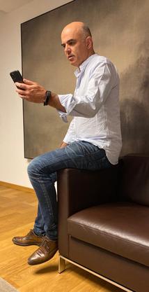 Alain Berset spricht seine Instagram-Botschaft auf Video.