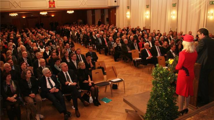 Neujahrsempfang im historischen Bahnhofsaal: Die Gäste aus beiden Städten Rheinfelden hören der Rede von Stadtammann Franco Mazzi zu.