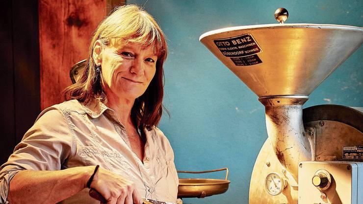 Sabine Gürber röstet seit bald 30 Jahren Erdnüsse mit ihrer über 100-jährigen Maschine.