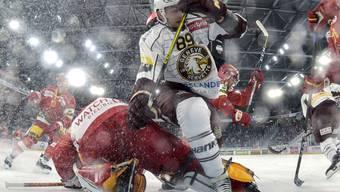 Es ist wieder Hockeyzeit: Genfs Cody Almond fährt den Bieler Goalie Jonas Hiller über den Haufen