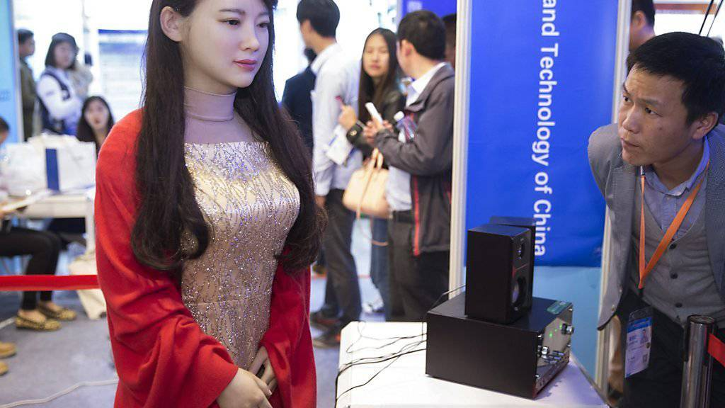 """Menschen fällt es schwer, sich beim Umgang mit Robotern von menschlichen Geschlechterklischees zu lösen. Im Bild: Die humanoide Roboter-Frau Jia Jia - Spitzname """"Roboter-Göttin"""" - , die vergangenen April in Shanghai präsentiert wurde. (Archivbild)"""