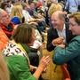 Wollen an die Parteispitze: Olaf Scholz und Klara Geywitz (rechts) auf Tuchfühlung beim Saarbrücker Publikum.