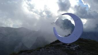 Der Appenzeller Künstler Christian Meier hat im Alpsteinmassiv einen Sichelmond platziert. Als Kontrast zu den Gipfelkreuzen.