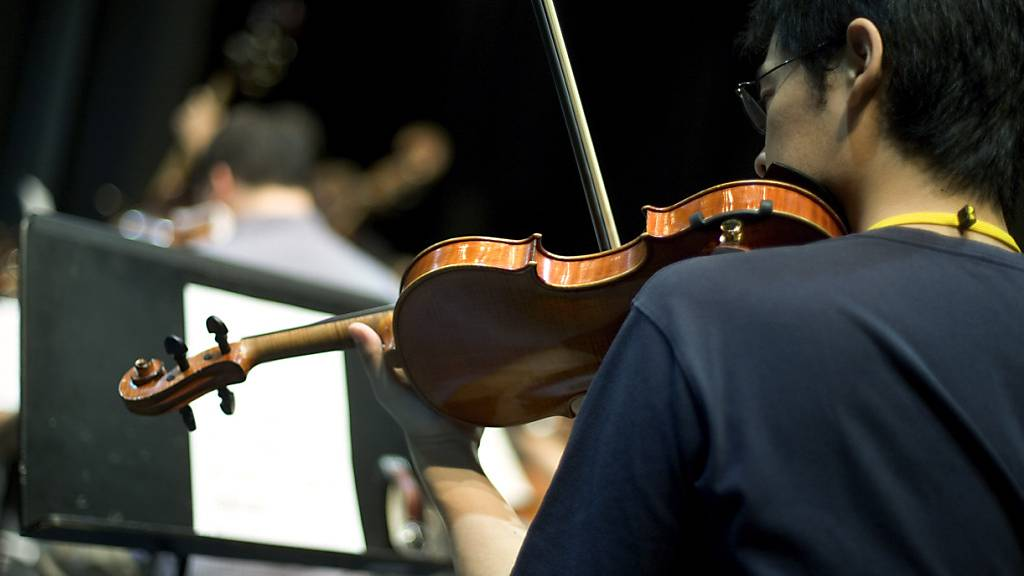 Zürcher Forschende haben in die Gehirne von Musizierenden und Nicht-Musizierenden verglichen und deutliche Unterschiede festgestellt: Demnach waren die Verbindungen zwischen beiden Gehirnhälften bei Musikerinnen und Musiker stärker ausgeprägt. (Archivbild)