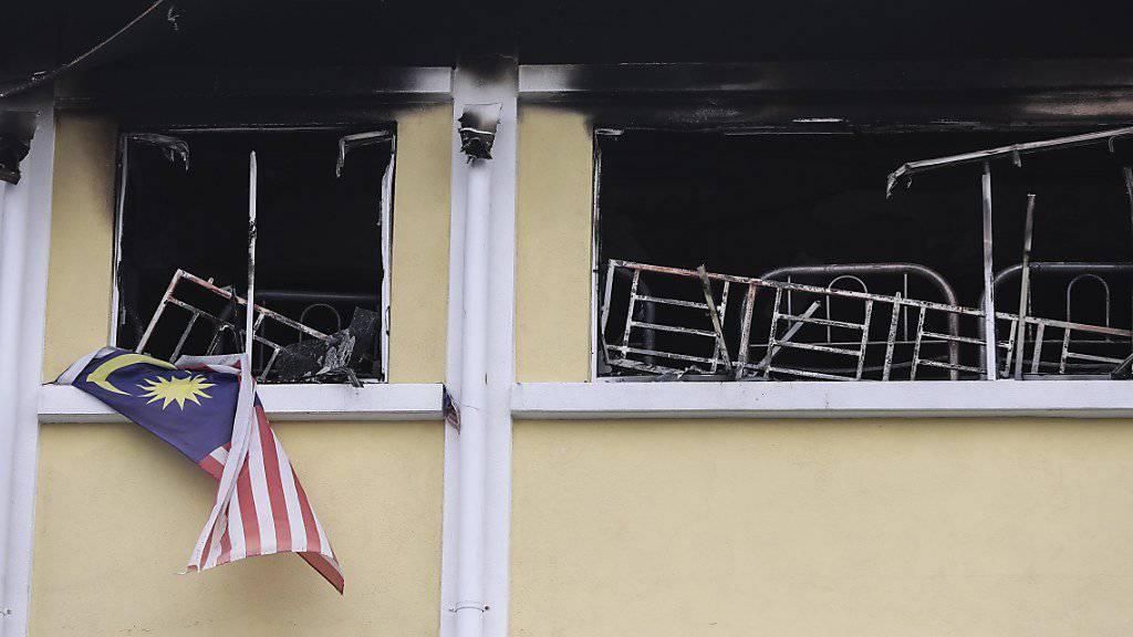 Der Brand im zweiten Stock der Koranschule trötete 23 Menschen. Einige schafften es, die Fenstergitter zu öffnen und aus dem brennenden Gebäude zu klettern.