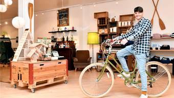 Beni Fasnacht im neuen und doppelt so grossen Verkaufsladen auf einem seiner Artikel, den er gut verkauft: einem Stadt-Velo im Retrolook.