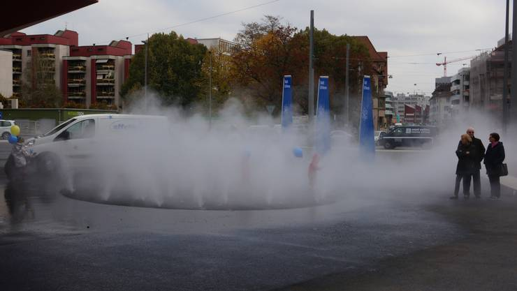 Anfang November 2018 wurde der Nebelbrunnen auf dem Schlieremer Stadtplatz eingeweiht. (Archiv)