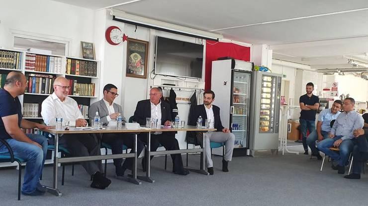 Auch SP-Grossrat Christian von Wartburg (2. v. l.) nutzte die Diskussion in der Moschee für seinen Wahlkampf. (zvg / facebook)