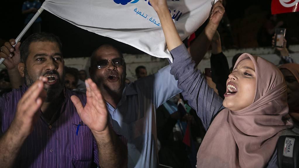 Anhänger der muslimischen Ennahdha-Partei feiern ihren Wahlerfolg. (Foto: Riadh Dridi/AP Keystone)