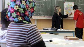 Geht es nach der CVP und der SVP, soll das Kopftuch an Schulen verboten werden können.