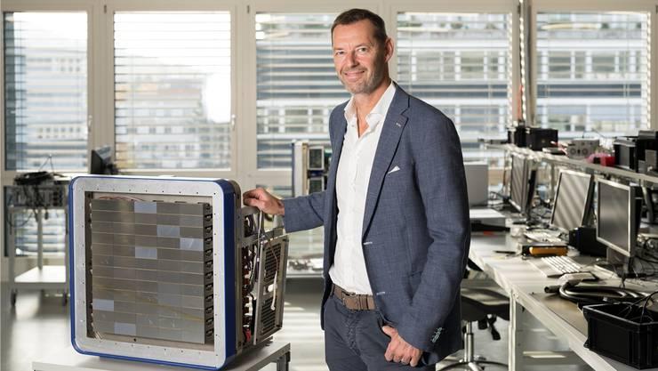 Christian Brönnimann mit dem von ihm und seinem Team entwickelten Röntgegendetektor in Dättwil.
