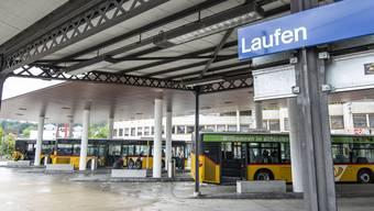 Vom Bahnhof Laufen aus fahren Postautos in alle Richtungen des Laufentals und des Thiersteins. Darunter befinden sich auch einige alte Busse aus dem Solothurnischen Bezirk Thal.