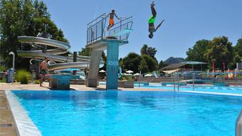 Im Schwimmbad Frick geniessen einige Jugendliche die sommerlichen Temperaturen. nbo