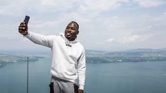 Alex Wilson braucht das Handy nicht nur, um Selfies zu schiessen. Mit ihm meldet er Antidoping Schweiz seinen Standort.