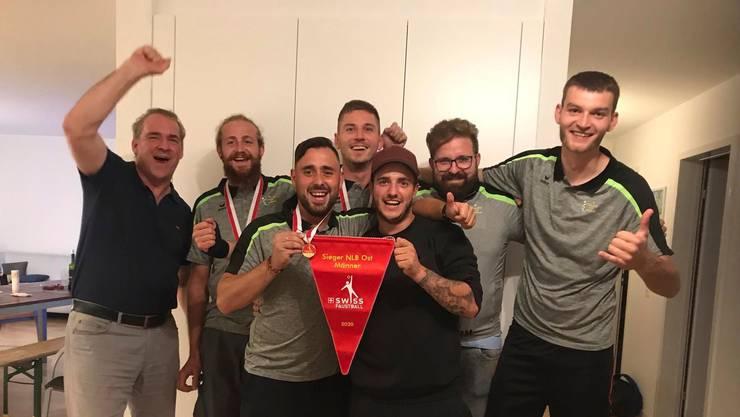 Schlierens NBL-Faustballer feiern den Gruppensieg.