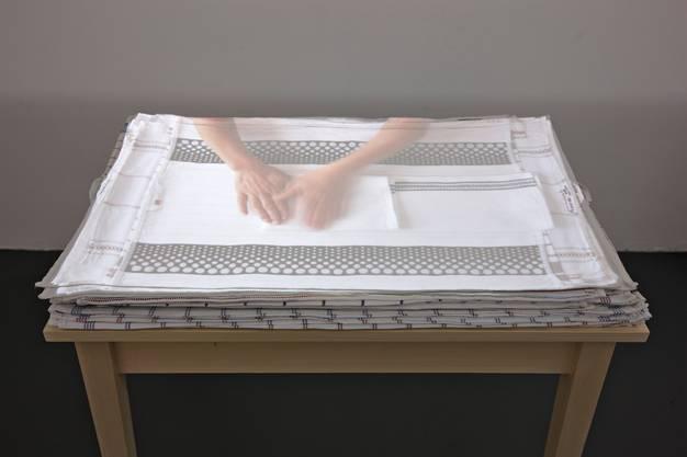 Evelina Cajacob zeigt im Video «Handarbeit» den steten Grundtakt eines Frauenlebens und regt damit zum Sinnieren an, auch über Muster und Abstraktion. (Kunstmuseum Chur, bis 13. September)