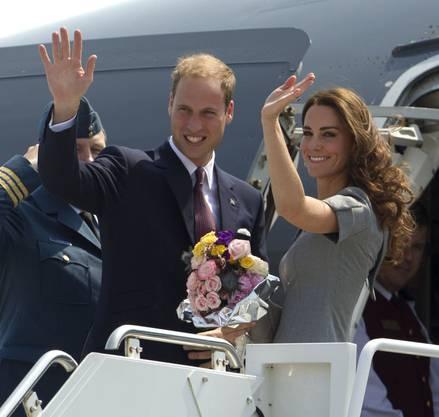 Prinz William and Kate winken bevor sie ins Flugzeug von Ottawa nach Montreal steigen