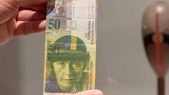Wird nicht so schnell aus den Händen gegeben: Die alte 50er-Note mit dem Gesicht der Künstlerin Sophie Taeuber-Arp.