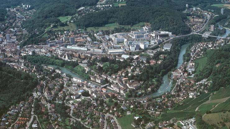 Aus der Luft optisch gesehen eine Gemeinde: Ennetbaden (unten) und Baden.