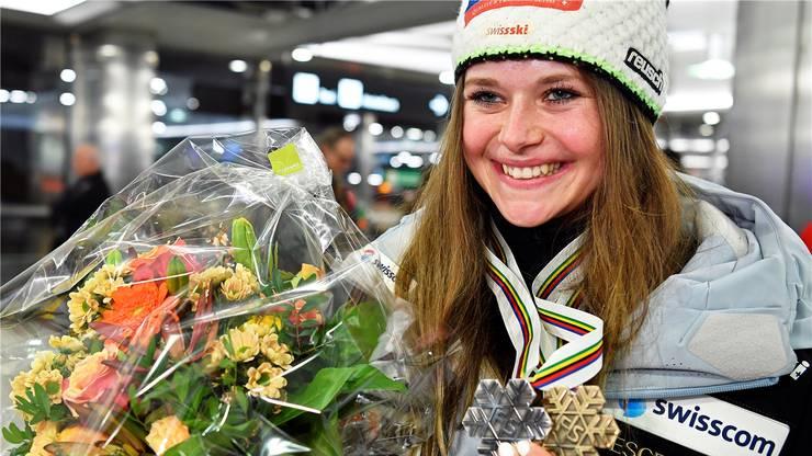 Stolze Doppel-Medaillen-Gewinnerin: Corinne Suter beim Empfang am Zürcher Flughafen am Montagabend.Keystone
