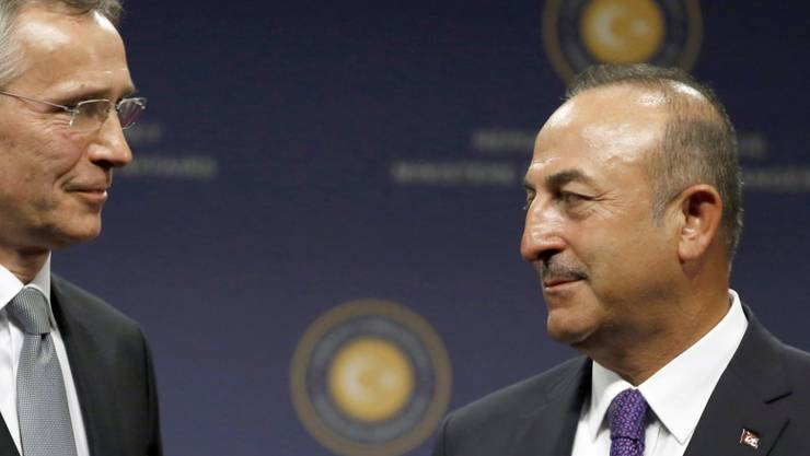 Der türkische Aussenminister Mevlut Cavusoglu (rechts) hat nach der Eskalation im Syrien-Konflikt mit Nato-Generalsekretär Jens Stoltenberg (links) telefoniert. (Archivbild)